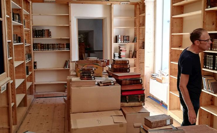 Gemeinsam wurden die neuen Bücher in die Bibliothek des ehemaligen Kapuzinerklosters in Ried im Oberinntal geräumt. (c) privat