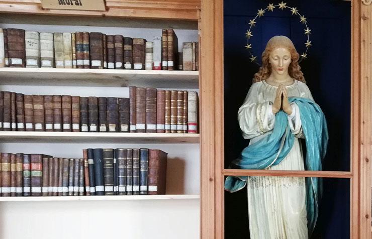 Die Bibliothek im ehemaligen Kloster Ried in Oberinntal erhielt neue historische Bücher aus dem ehemaligen Kapuzinerkloster in Imst. (c) privat