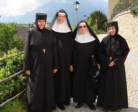 Armenische Ordensfrauen Zu Gast Im Stift Nonnberg In Salzburg Ordensgemeinschaften Osterreich